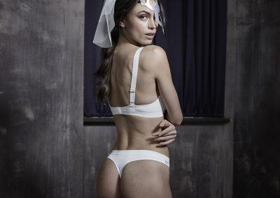 Model trägt Skiny Unterwäsche und AND_i Maske